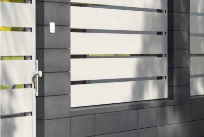 Betona žogs un metala paneli